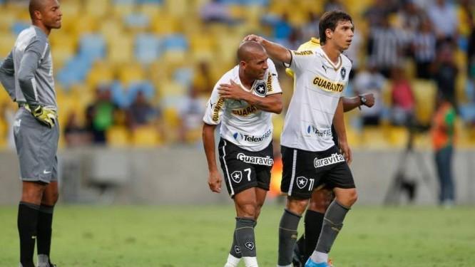 Emerson é cumprimentado por Zeballos logo após fazer o primeiro gol do  Botafogo Foto  Alexandre 57a903f37bab6