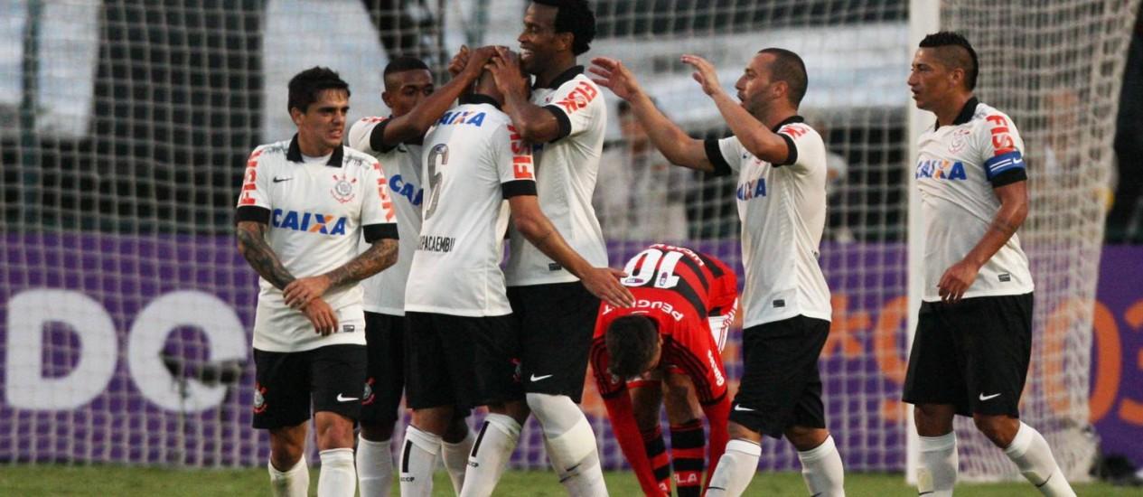 Jogadores do Corinthians comemoram o gol de Gil, o segundo na vitória sobre o Flamengo Foto: Agência O Globo