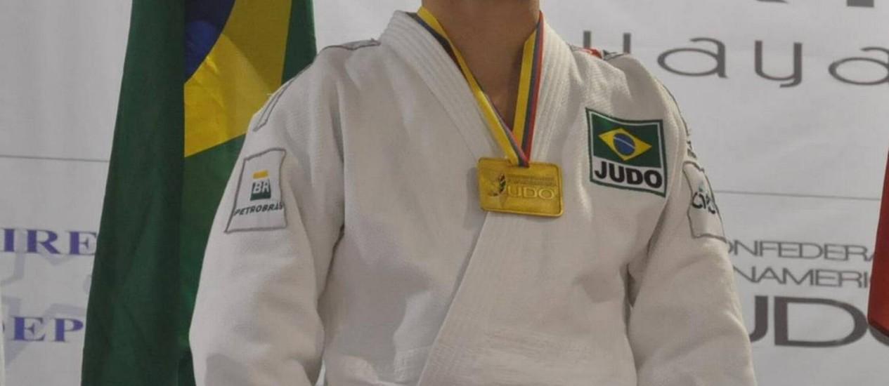 Tiago Camilo recebe a medalha de ouro no Pan-Americano de judô em Guayaquil, no Equador Foto: Divulgação/CBJ