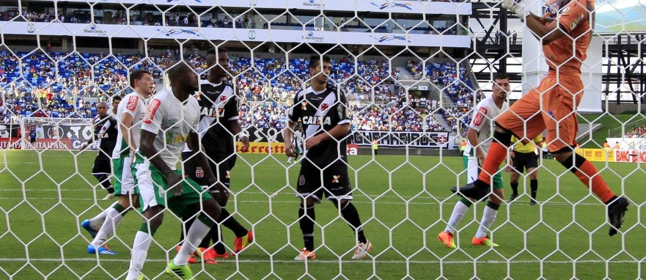 Diogo Silva tenta a defesa após escanteio, na derrota do Vasco para o Luverdense Foto: Edson Rodrigues / SECOPA