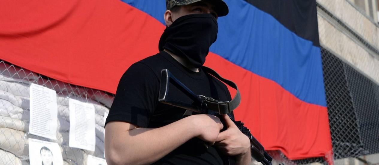 Rebelde separatista pró-Rússia em Slaviansk. Governo americano acusa o Kremlin de não respeitar acordo para minimizar tensões no Leste da Ucrânia Foto: VASILY MAXIMOV / AFP