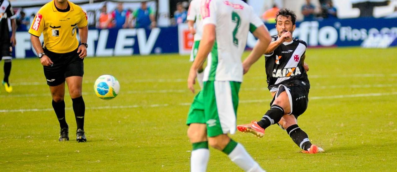 Douglas tenta o chute na derrota do Vasco para o Luverdense Foto: Rogério Florentino / SECOPA