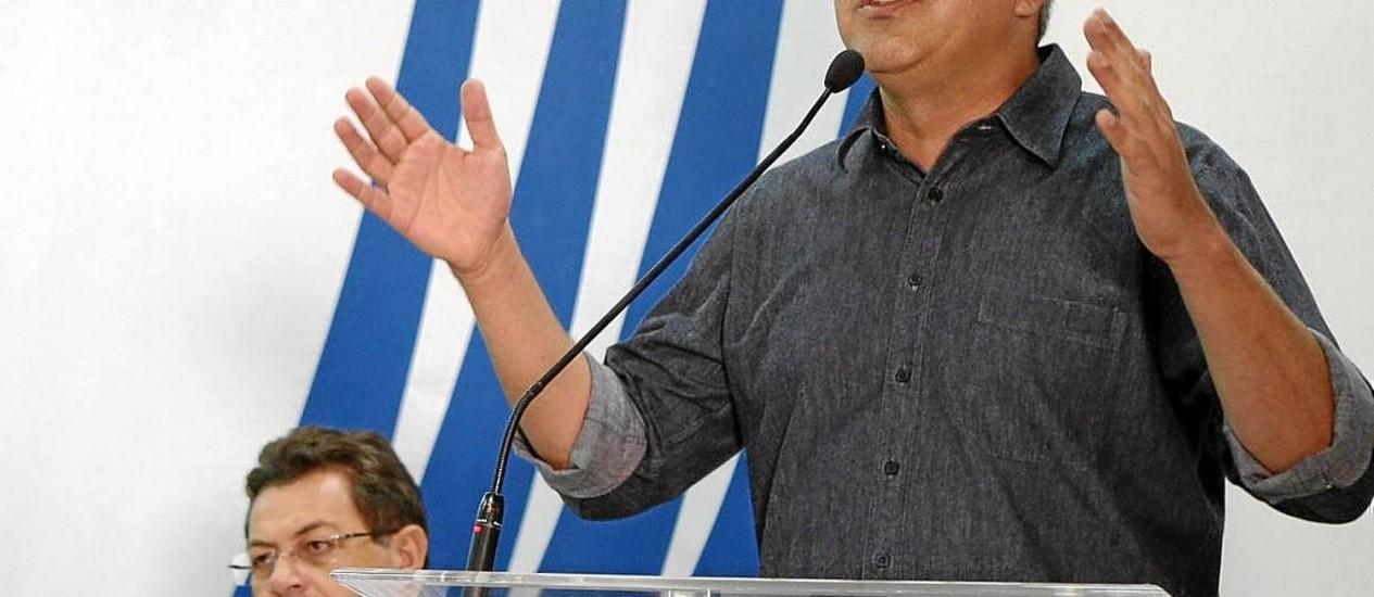 Reação. Padilha discursa no Sindicato dos Engenheiros de SP: ele ameaça processar quem ligar seu nome ao caso Foto: Michel Filho/26-04-2014