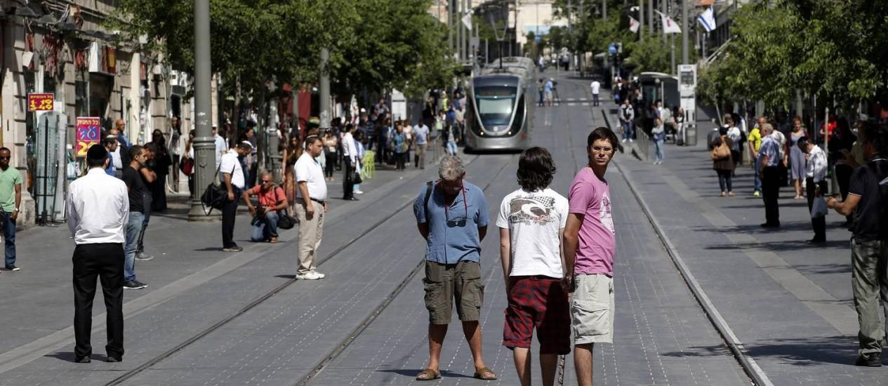 Em Jerusalém, pedestres param por dois minutos quando as sirenes soam marcando o Dia da Recordação do Holocausto Foto: RONEN ZVULUN / REUTERS