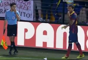 Daniel Alves, lateral do Barcelona, come uma banana jogada pela torcida durante jogo contra o Villarreal Foto: Reprodução do Youtube
