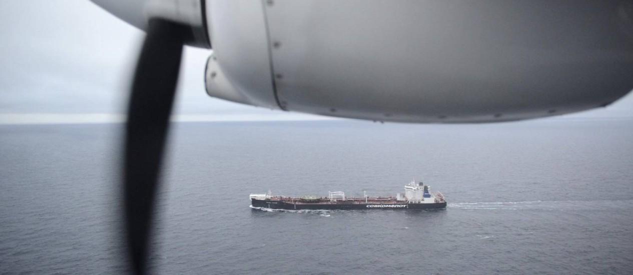 Foto aérea feita pelo Greenpeace mostra o petroleiro russo saindo do porto de Roterdã e seguindo para o Ártico Foto: Dmitrij Leltschuk / AP