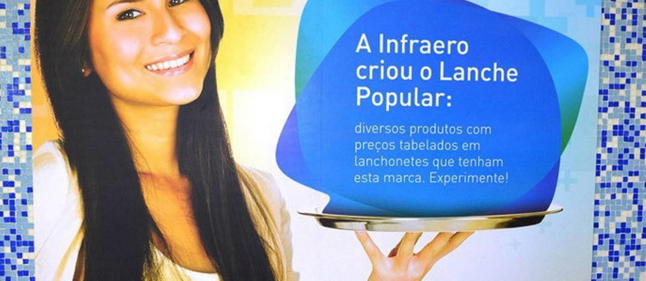 Em alguns aeroportos, a Infraero apresentou cartazes anunciando as novas lanchonetes populares Foto: Reprodução