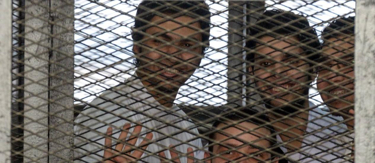 Jornalistas da al-Jazeera durante julgamento Foto: MOHAMED EL-SHAHED / AFP