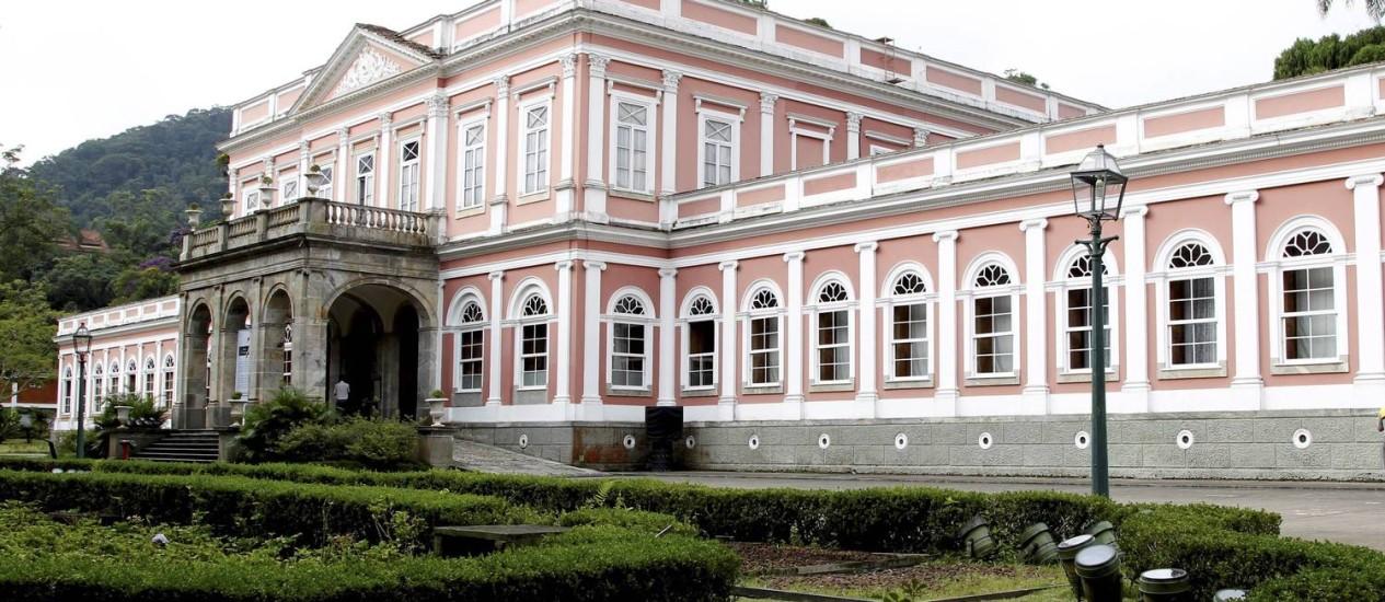 """Os servidores do Museu Imperial, em Petrópolis, foram os primeiros a se manifestar em prol da greve, no início do mês, com uma carta aberta: """"39 servidores, para cuidar de 200 mil documentos textuais, 7.800 objetos , além de 11 imóveis"""" Foto: Marcelo Piu/15-3-2013"""