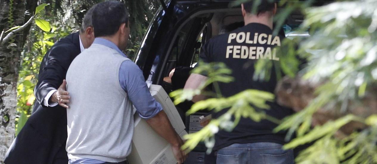 Policia Federal apreende computadores e documentos no sítio do coronel reformado Paulo Malhães, morto durante assalto Foto: Antonio Scorza / O Globo