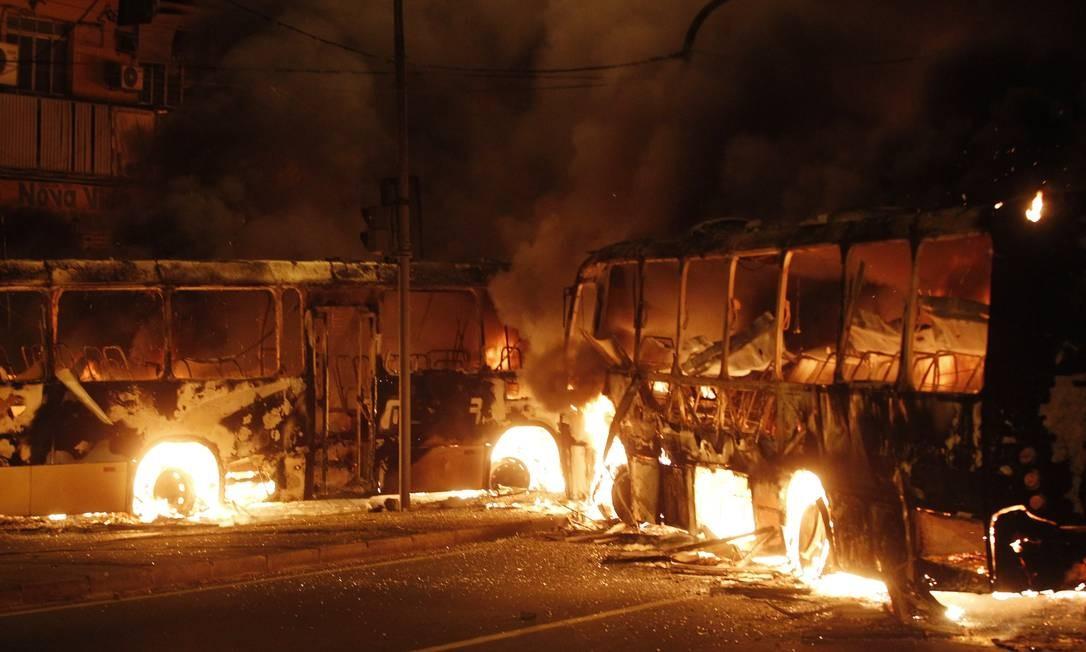 Dois ônibus em chamas na Pavuna: ao todo, cinco foram incendiados em protesto após morte em favela Foto: Antonio Scorza / Agência O Globo