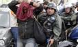 Manifestante é detido pela Guarda Nacional durante uma marcha antigoverno em Caracas