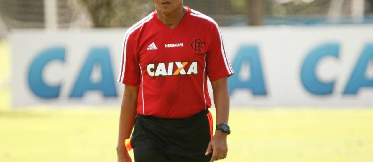 Técnico do Flamengo, Jayme de Almeida fica pensativo durante treino Foto: Divulgação / Flamengo