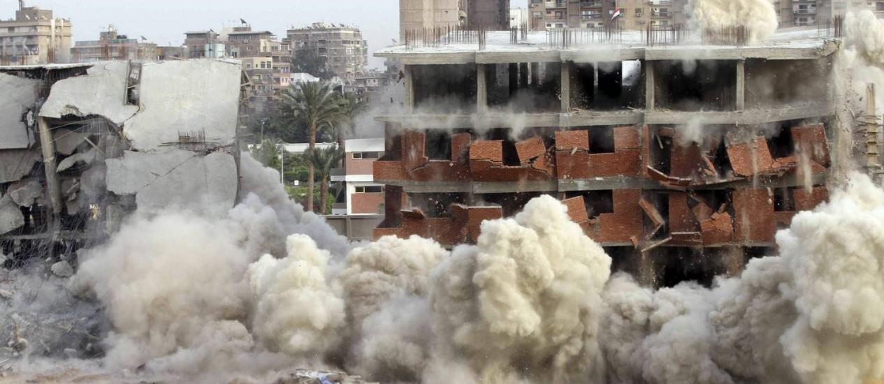 Autoridades implodem edifício construído ilegalmente no Cairo Foto: STRINGER / REUTERS/16-3-2014