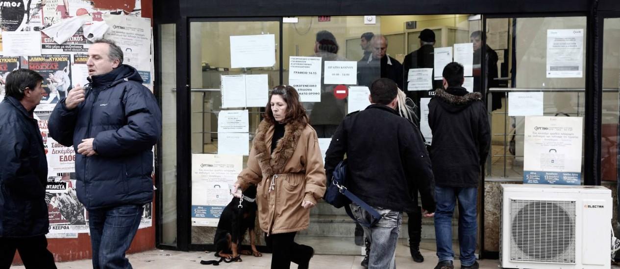 Trabalhadores vão a uma agência de empregos na Grécia Foto: Konstantinos Tsakalidis/Bloomberg/7-1/2014