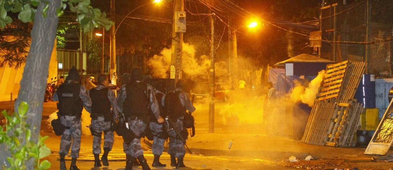 Policiais entram em confronto com grupo que incendiou ônibus no Alemão Foto: Marcelo Carnaval / Agência O Globo