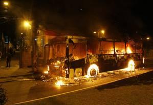 Quatro ônibus foram incendiados por criminosos Foto: Marcelo Carnaval / Agência O Globo