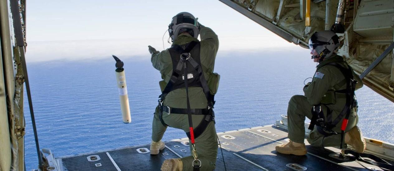 Membros da Força Aérea Australiana realizam buscas no Oceano Índico. Destroços do voo 370 da Malaysia Airlines podem estar 5 mil quilômetros ao norte, na Baía de Bengala Foto: Justin Brown / AP