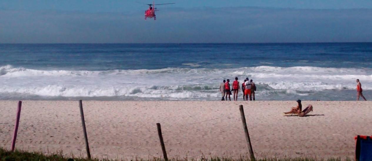 Bombeiros fazem buscas por pessoa que teria desaparecido no mar do Recreio Foto: Leitor Rogerio Caetano Gonçalves