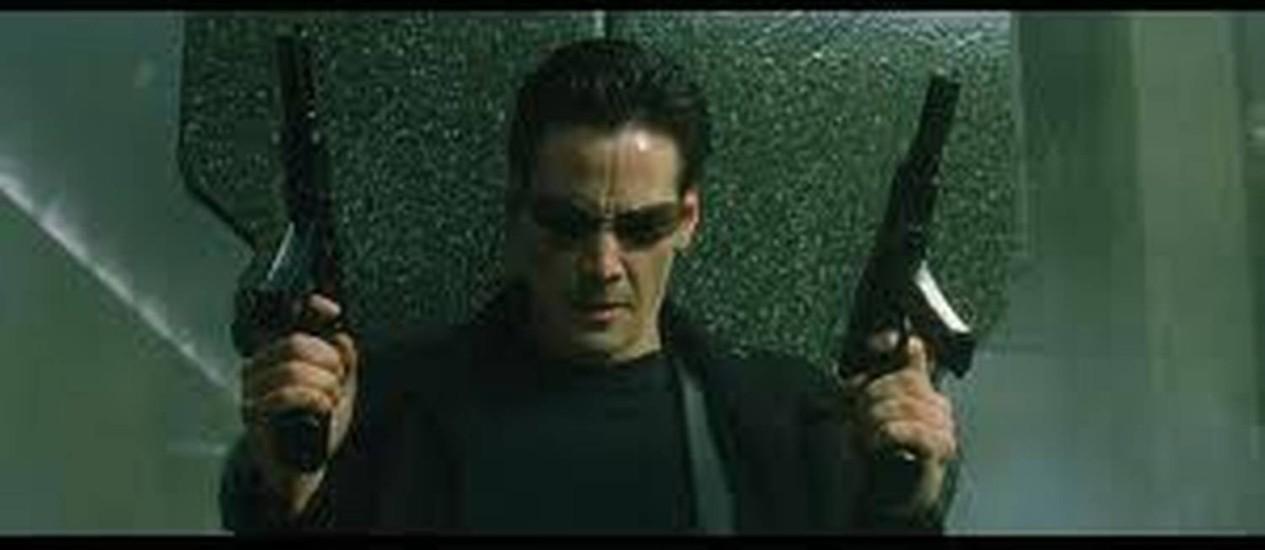 Keanu Reeves em cena como Thomas Anderson, no filme Matrix, acusado de plágio por um roteirista americano Foto: Divulgação