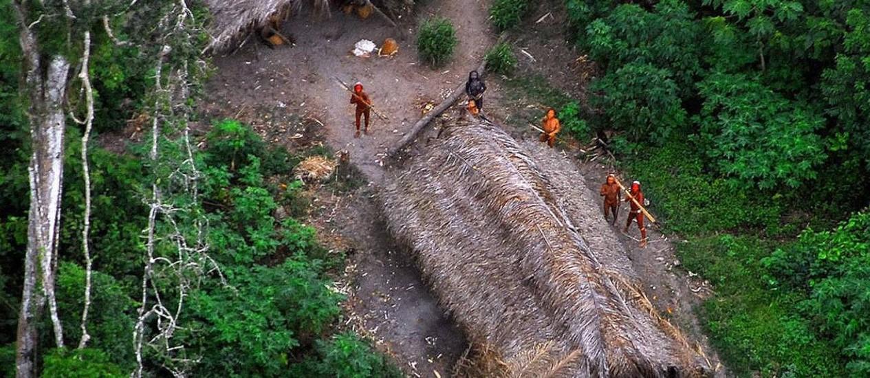 Parte da tribo observa a passagem de um helicóptero Foto: Reprodução