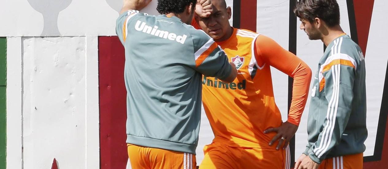 Fred e Rafael Sóbis conversam com Walter durante o treino do Fluminense, nas Laranjeiras Foto: Marcos Tristão / O Globo