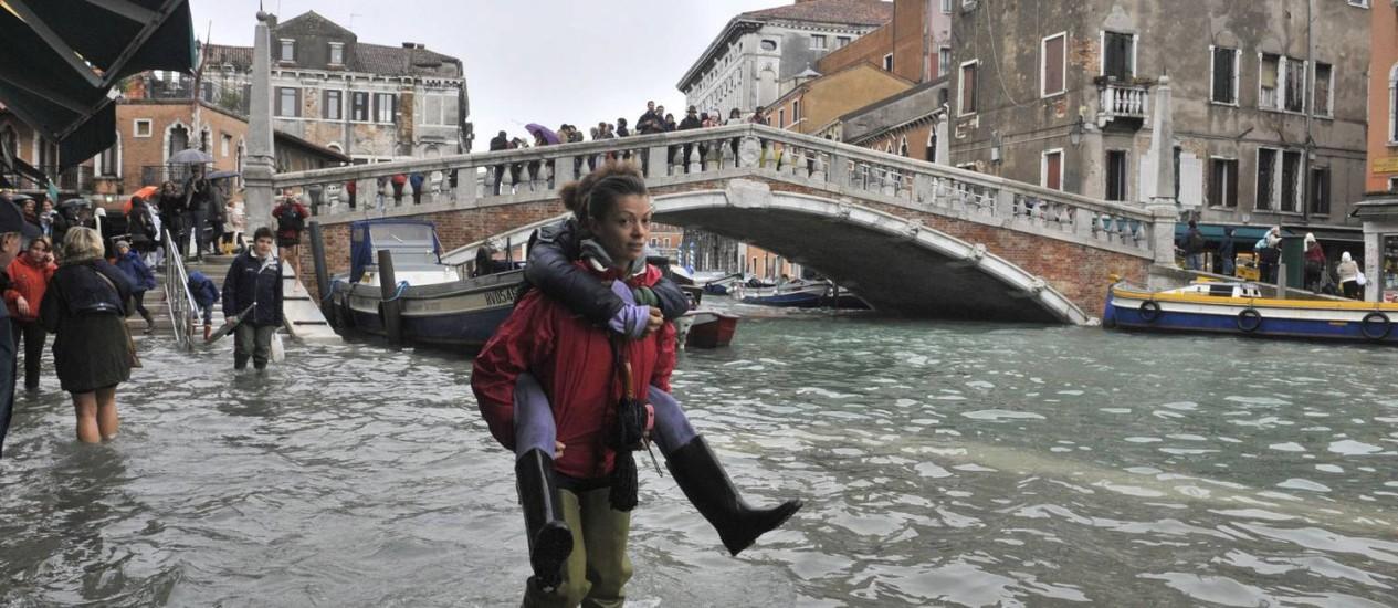 Veneza, na Itália, proibiu a extração de água para tentar amenizar o problema Foto: AP/Luigi Costantini