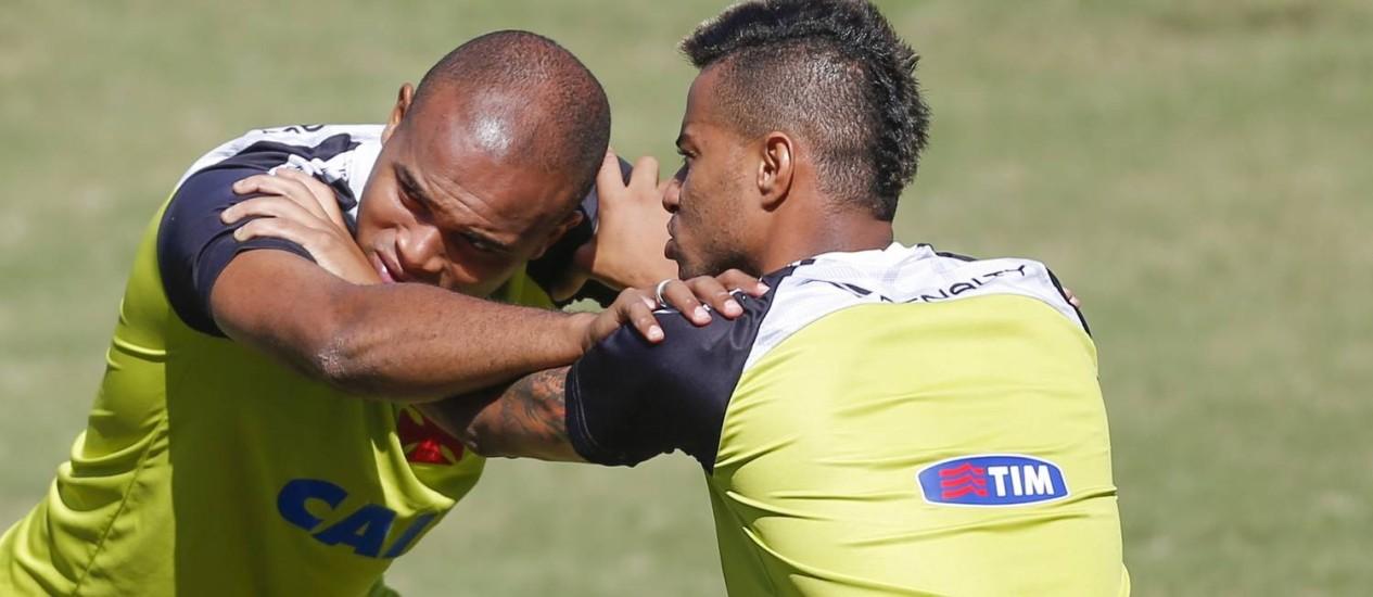 Anderson Salles e Rafael Silva treinam em São Januário Foto: Alexandre Cassiano / O Globo