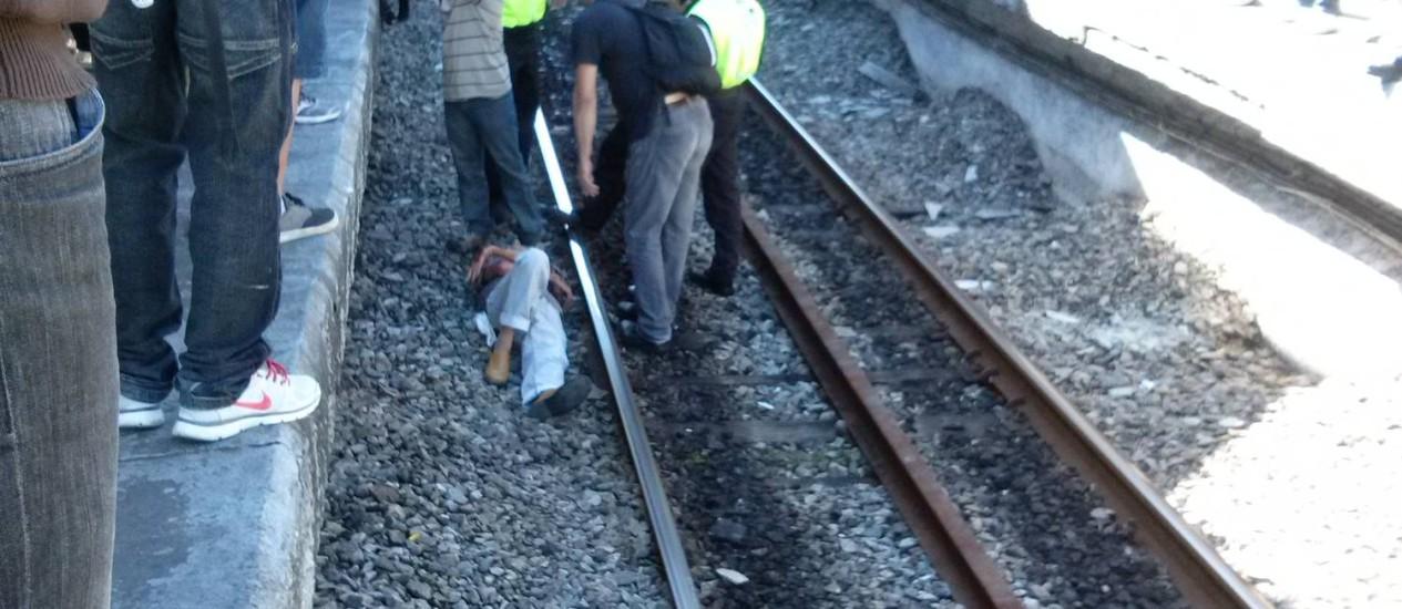 Passageiro cai no vão entre o trem e a plataforma em Campo Grande Foto: O Globo / Tiago de Castro Camargo