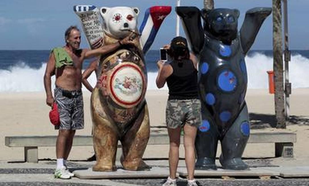 Ursos gigantes no Leme já chamam a atenção e são alvo das lentes de cariocas e turistas Foto: Marcelo Piu / Agência O Globo
