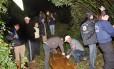 Um dos corpos é retirado do local onde ocorreu o crime em Faxinalzinho (RS)