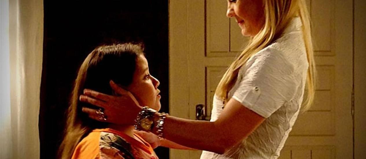 """Na novela """"Avenida Brasil"""", da TV Globo, Aghata (Ana Karolina) era cobrada por sua mãe, Carminha (Adriana Esteves) Foto: Divulgação/TV Globo"""