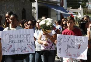 Arlinda Bezerra das Chagas foi enterrada nesta terça-feira. Na foto, amigos e parentes durante o sepultamento da idosa Foto: Pablo Jacob / Agência O Globo