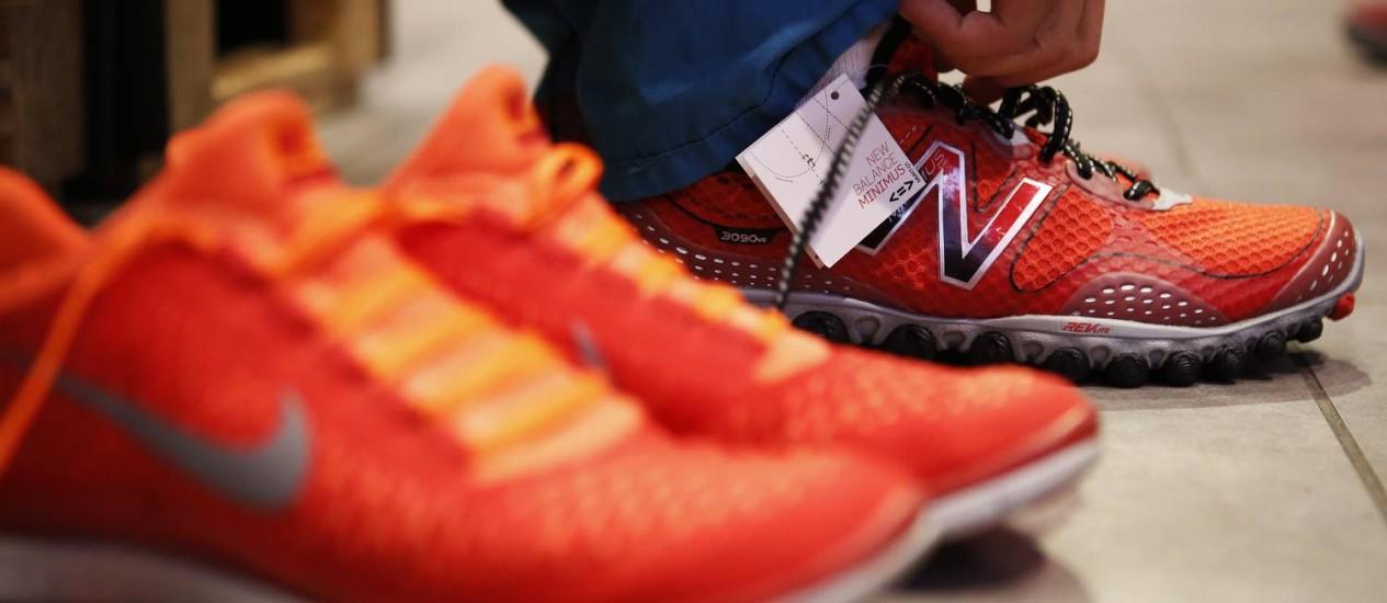 Cliente experimenta um tênis da New Balance, em Los Angeles: monopólio como fornecedora de calçados às Forças Armadas americanas gera controvérsia nos EUA Foto: Patrick T. Fallon / Bloomberg/21-8-2013