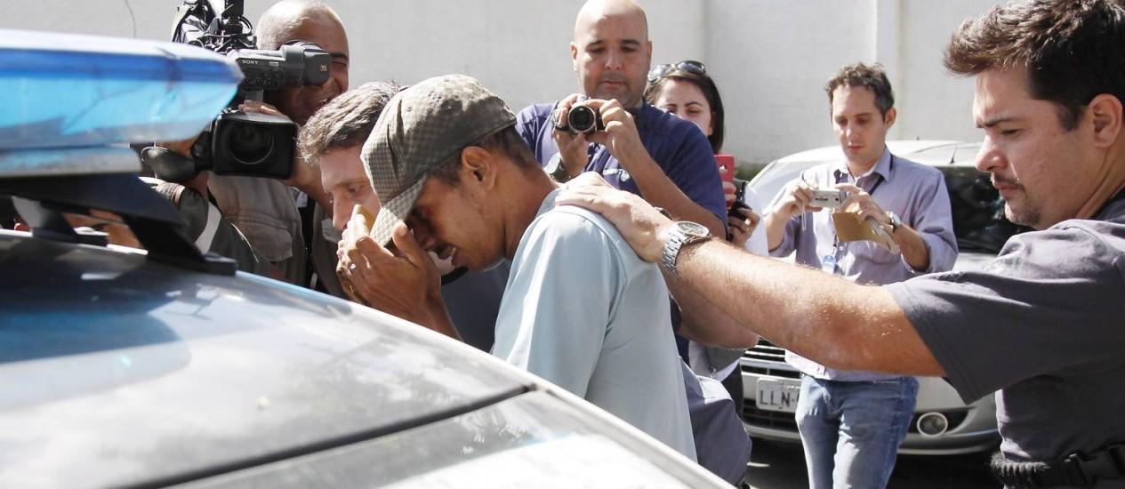 O caseiro Rogério Pires é conduzido a exame de corpo delito logo depois de ter sua prisão decretada Foto: ANTONIO SCORZA / Agência O Globo