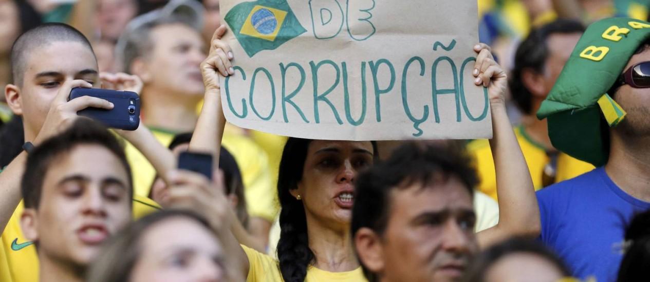 Protesto contra a corrupção durante a Copa das Confederações, em Fortaleza. Brasil ficou com a 42ª posição no Índice de Respeito às Leis, e 61% dos entrevistados brasileiros disseram não acreditar na punição de políticos corruptos Foto: JORGE SILVA / REUTERS
