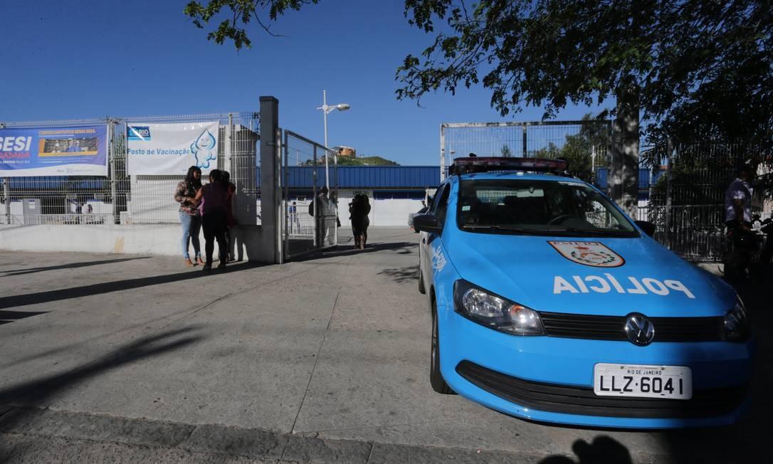 Carro da PM fica em frente à UPA no Complexo do Alemão Foto: Marcelo Theobald / Agência O Globo