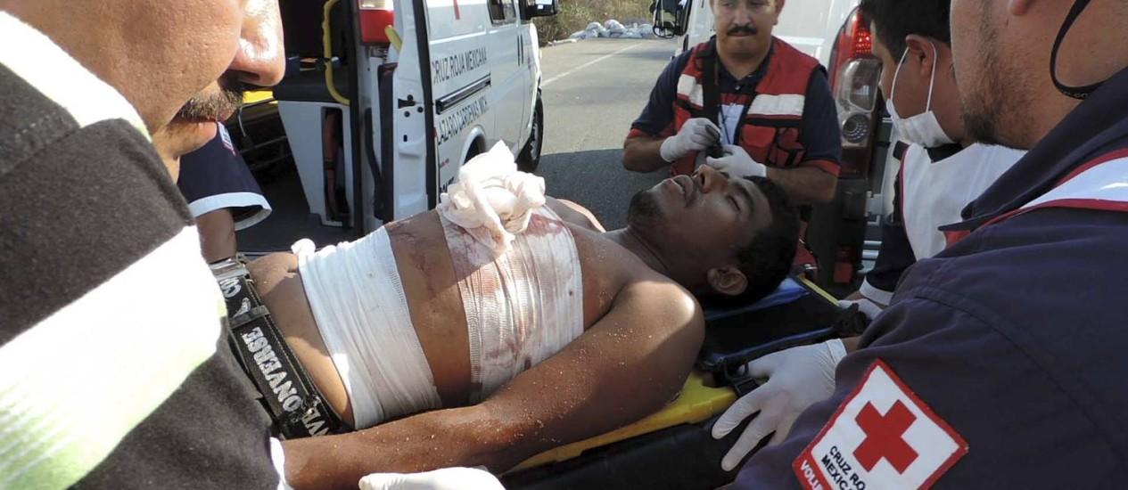 Homem ferido por membros dos Cavaleiros Templários é levado para hospital Foto: AP