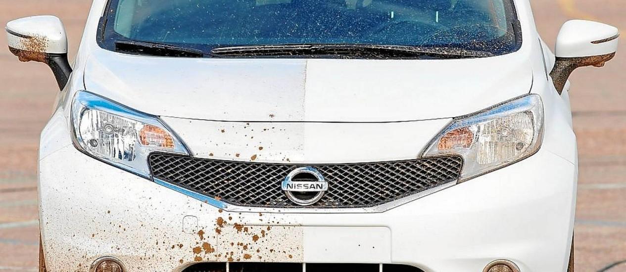 A metade do Note com o produto repeliu lama e todo o tipo de sujeira nos testes feitos pela Nissan Foto: Nissan / Divulgação