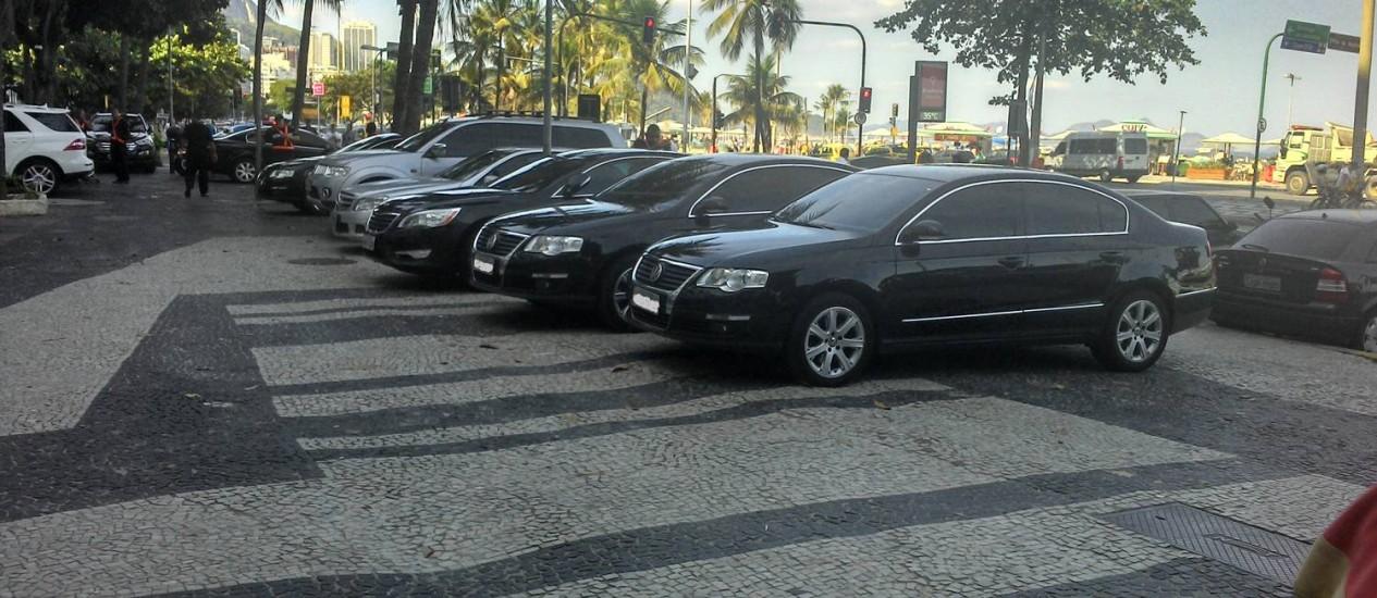 Carros ficam parados em calçada da Avenida Atlântica - Foto: Leitor Claudio Perez / Eu-Repórter