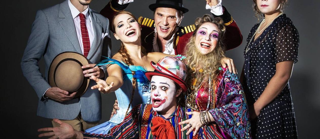 Parte do elenco do espetáculo: uma nova dramaturgia foi criada a partir do universo da peça original Foto: Divulgação/Leo Aversa