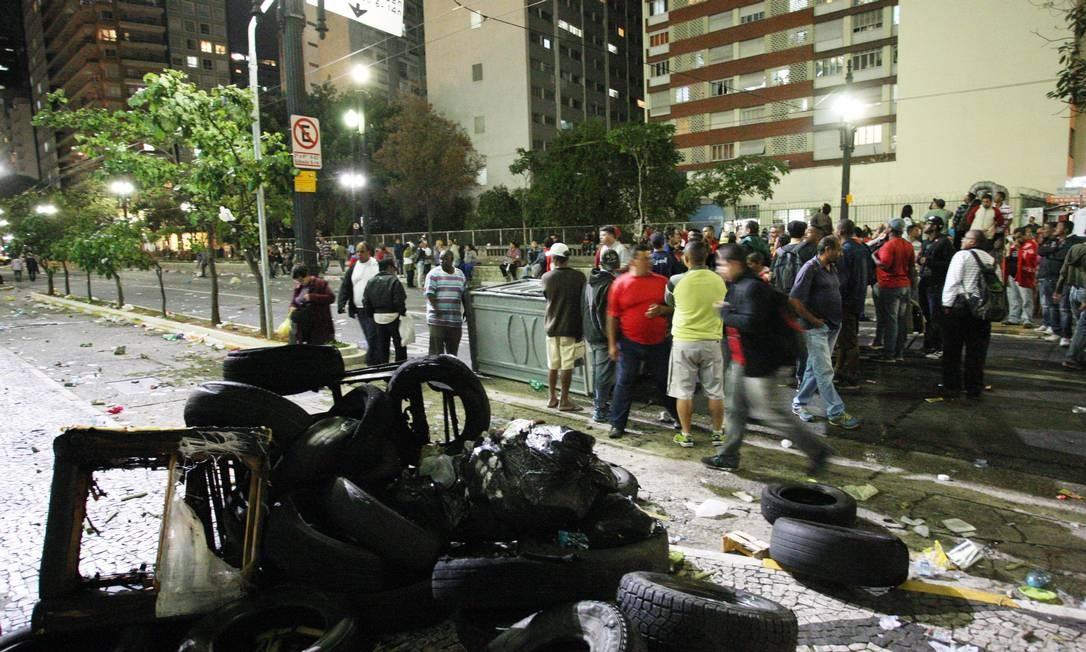 Manifestantes queimaram pneus em frente à Câmara dos Deputados em dia de votação sobre Plano Diretor Foto: Michel Filho/Agência O Globo