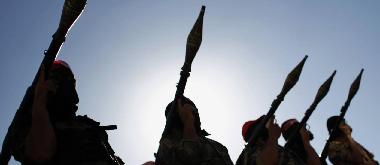 Militantes palestinos fazem demonstração de armas na Faixa de Gaza Foto: SAID KHATIB/AFP