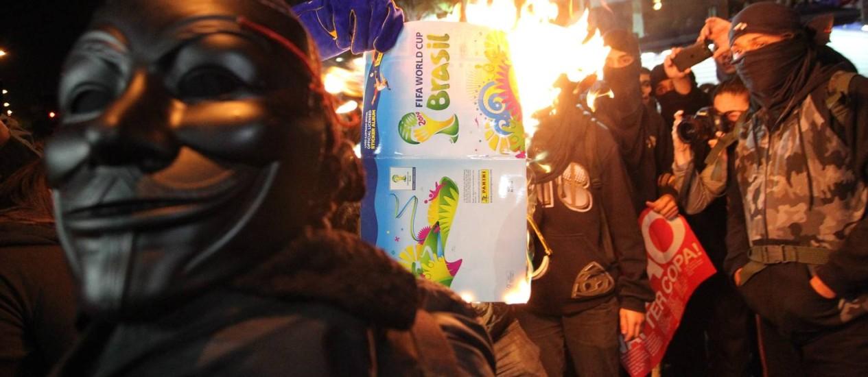 Manifestantes queimam álbum da Copa Foto: Fernando Donasci / Agência O Globo