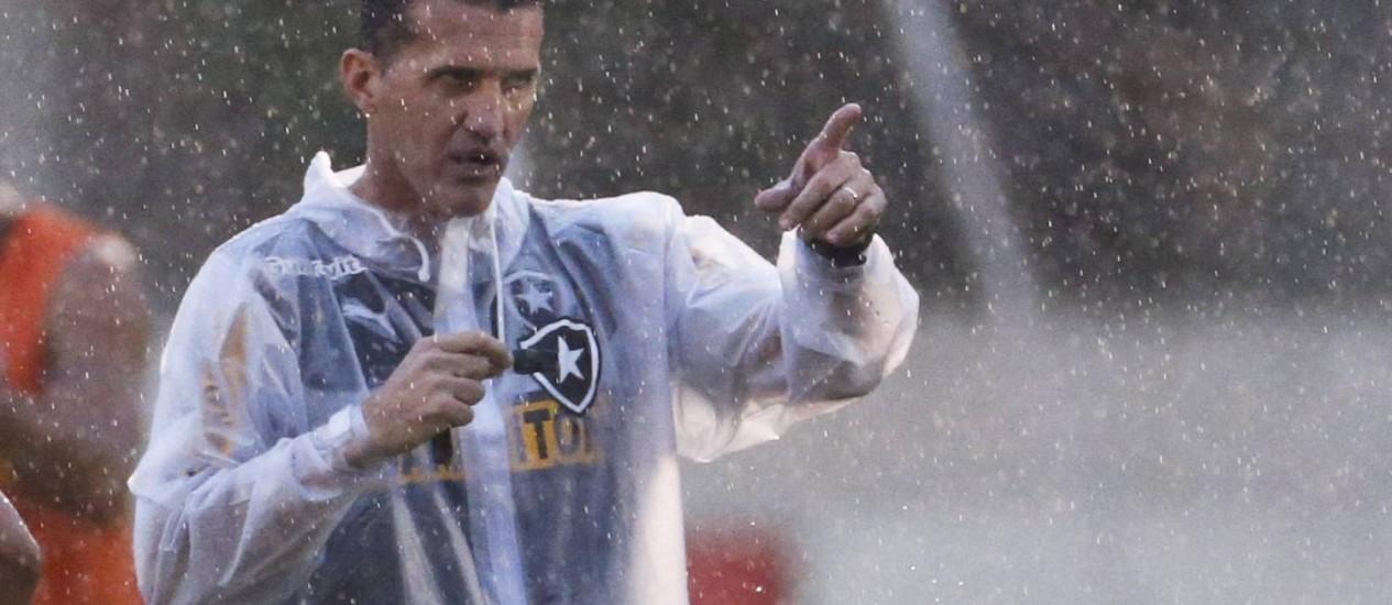 Mancini comanda treino sob chuva no campo anexo do Engenhão Foto: Guito Moreto / Guito Moreto/25-4-2014