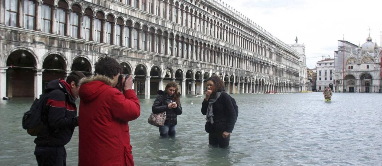 Turistas visitam a Praça de São Marcos, em Veneza: cidade reduziu extração de águas subterrâneas e diminuiu nível de afundamento Foto: Manuel Silvestri/Reuters