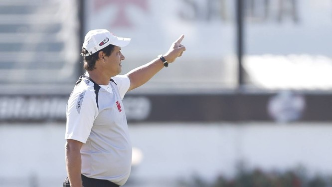 O técnico Adilson Batista durante treino do Vasco: clube pretende buscar reforços na pausa da Copa do Mundo Foto: Alexandre Cassiano / Agência O Globo