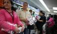 Produtos em falta: venezuelanos fazem estoque de papel higiênico