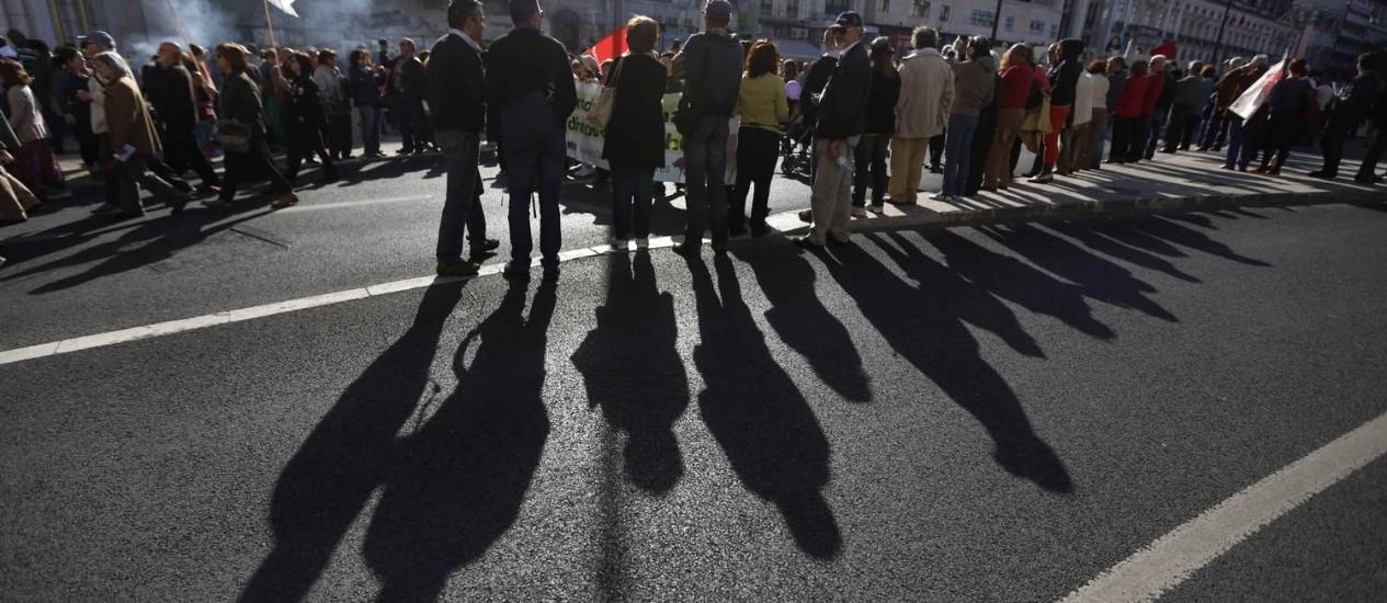 Portugueses assistem a marcha que lembra os 40 anos da Revolução dos Cravos: país enfrenta maior recessão financeira dos últimos tempos Foto: RAFAEL MARCHANTE / REUTERS