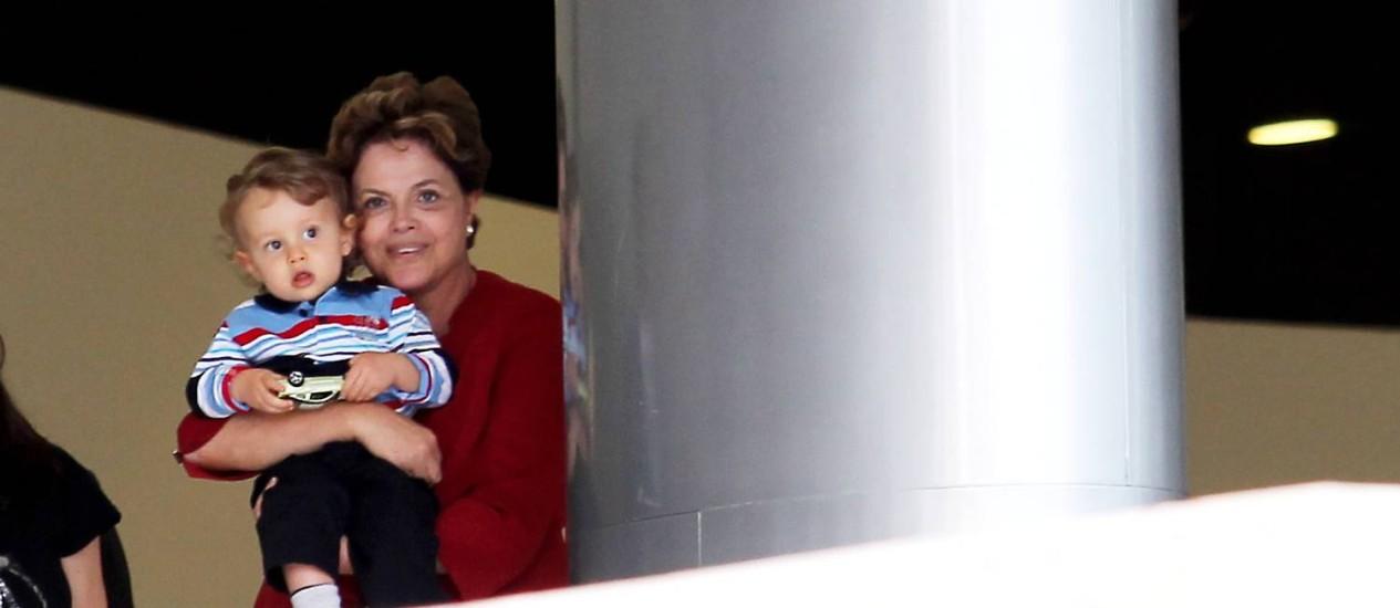 Dilma e o neto Gabriel em 2012 Foto: Agência O GLOBO / Gustavo Miranda